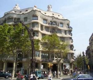 Casamila 300x261 Антонио Гауди архитектор в Барселоне