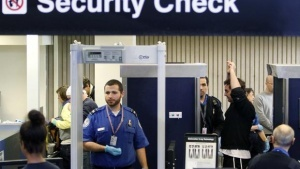 obnajennyi turist ukusil passajira v aeroportu bostona Обнаженный турист укусил пассажира в аэропорту Бостона