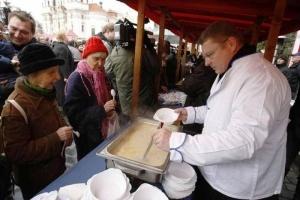 mer pragi ugostit turistov besplatnym rybnym supom v kanun rojdestva Мэр Праги угостит туристов бесплатным рыбным супом в канун Рождества