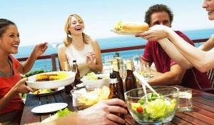 vlasti phuketa zapretili turistam est na plyajah Власти Пхукета запретили туристам есть на пляжах