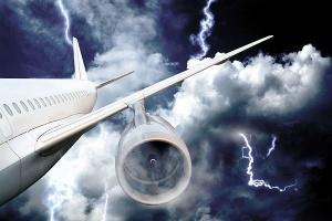 molniya probila dyru v passajirskom samolete Молния пробила дыру в пассажирском самолете