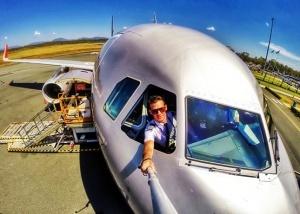 pilot otstranen ot raboty iz za selfi so styuardessoi Пилот отстранен от работы из за селфи со стюардессой