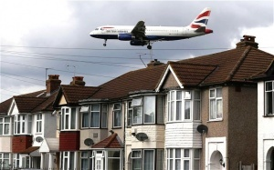 dvoe mujchin vypali iz samoleta v londone Двое мужчин выпали из самолета в Лондоне