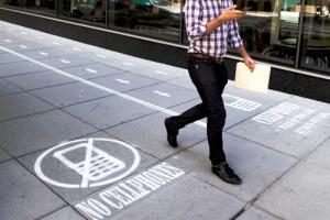 dlya peshehodov s telefonami vydeleny otdelnye dorojki v vashingtone Для пешеходов с телефонами выделены отдельные дорожки в Вашингтоне