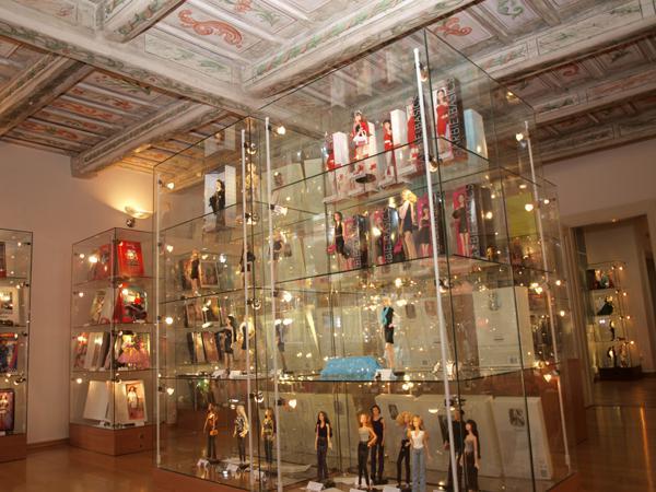 galereya kukol DollsLand v prage priglashaet malenkih puteshestvennic Галерея кукол DollsLand в Праге приглашает маленьких путешественниц
