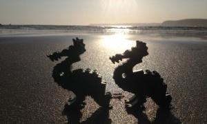 na angliiskii plyaj pribilo sotni detalei konstruktora «lego» На английский пляж прибило сотни деталей конструктора «Лего»