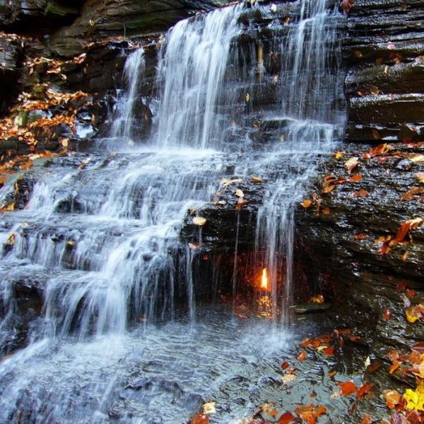 neobychnyi vodopad «vechnyi ogon» v nyu iorke Необычный водопад «Вечный огонь» в Нью Йорке