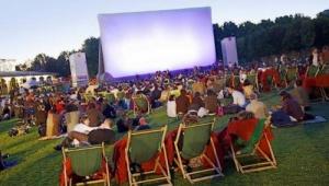 parijskii park prevratilsya v kinoteatr pod otkrytym nebom Парижский парк превратился в кинотеатр под открытым небом