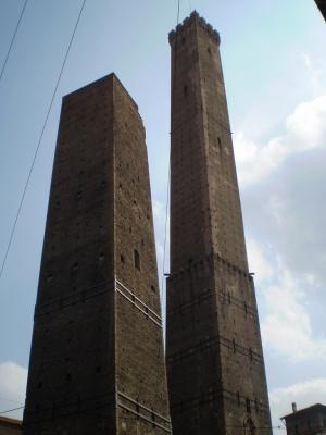pojit v srednevekovoi bashne predlagaet italyanskaya bolonya Пожить в средневековой башне предлагает итальянская Болонья