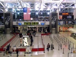 rabotniki bagajnoi slujby v aeroportu nyu iorka ulicheny v vorovstve Работники багажной службы в аэропорту Нью Йорка уличены в воровстве