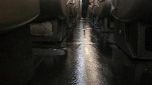 samolet dal tech i oblil passajirov pryamo vo vremya poleta Самолет дал течь и облил пассажиров прямо во время полета