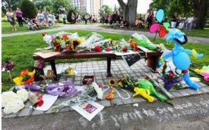 skameika v bostone stala memorialom pamyati robina uilyamsa Скамейка в Бостоне стала мемориалом памяти Робина Уильямса