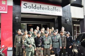 v indonezii vnov otkrylos nacistskoe kafe В Индонезии вновь открылось нацистское кафе